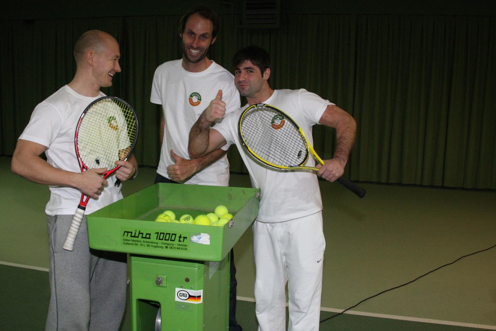 Trainergespann Johan, Torben, Alex mit der neuen Ballmaschine