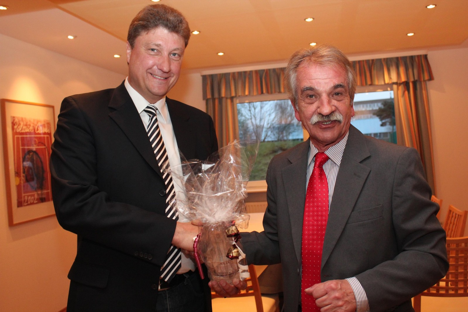 Holger Vollmers (links) wurde von Wolfgang Lippke aus dem Vorstand verabschiedet